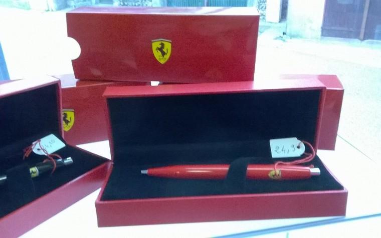Idées cadeaux à offrir ou à s'offrir : stylo roller Ferrari®